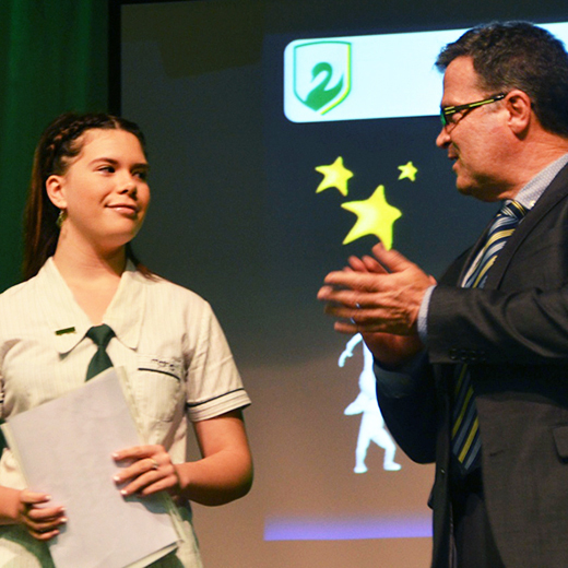 USC Senior Lecturer in Sports Biomechanics Dr Mark Sayers presenting Jamie-Lee with the Rise, and Shine award.